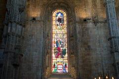 Interno della chiesa cristiana con le finestre di vetro macchiato Fotografie Stock Libere da Diritti