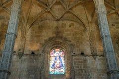 Interno della chiesa cristiana con le finestre di vetro macchiato Immagini Stock
