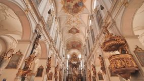 Interno della chiesa del ` s di St Peter, una chiesa cattolica romana nel centro urbano di Monaco di Baviera, Germania stock footage