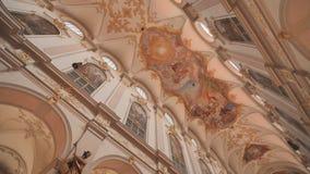 Interno della chiesa del ` s di St Peter, una chiesa cattolica romana nel centro urbano di Monaco di Baviera, Germania archivi video