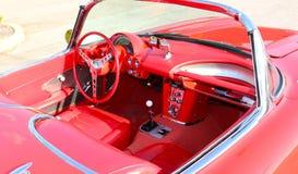 Interno della corvetta antica rossa del modello degli anni 50 Immagine Stock