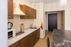 Interno della cucina e dell'entrata moderne all'appartamento Fotografia Stock Libera da Diritti