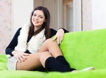 Interno della donna a casa Fotografie Stock
