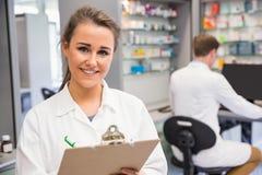 Interno della farmacia che sorride alla macchina fotografica Fotografia Stock