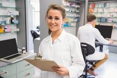 Interno della farmacia che sorride alla macchina fotografica Fotografia Stock Libera da Diritti
