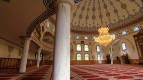 Interno della moschea con il candeliere stock footage