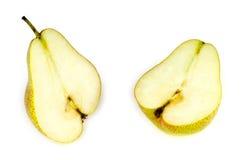 Interno della pera molle, saporita e succosa, dimezzato, isolata su bianco fotografie stock