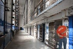 Interno della prigione in manette immagini stock libere da diritti