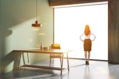 Interno della sala da pranzo del sottotetto, donna di affari Fotografie Stock Libere da Diritti