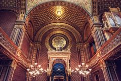 Interno della sinagoga spagnola, Praga, filtro rosso immagini stock libere da diritti