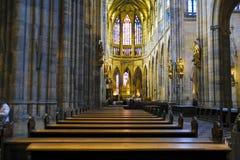 Interno della st Vitus Cathedral nel castello di Praga fotografia stock