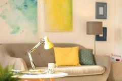 Interno della stanza con la lampada ed il sofà di scrittorio moderni Fotografia Stock