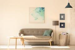 Interno della stanza con le lampade ed il sofà moderni Fotografia Stock
