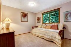Interno della stanza di comodità con il letto ed i cuscini Fotografia Stock