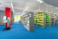Interno delle biblioteche con gli scaffali funzionali Fotografie Stock Libere da Diritti