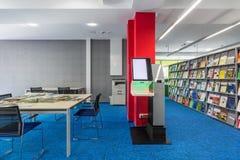 Interno delle biblioteche con la grande tavola Immagini Stock