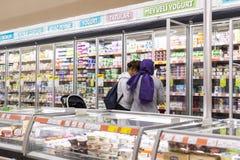 Interno interno delle scalette e dei frigoriferi con i prodotti del supermercato di Migros Fotografie Stock Libere da Diritti