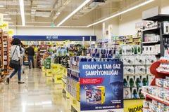 Interno interno delle scalette e dei frigoriferi con i prodotti del supermercato di Migros Immagini Stock Libere da Diritti