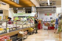 Interno interno delle scalette e dei frigoriferi con i prodotti del supermercato di Migros Immagine Stock