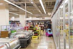 Interno interno delle scalette e dei frigoriferi con i prodotti del supermercato di Migros Immagine Stock Libera da Diritti