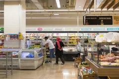 Interno interno delle scalette e dei frigoriferi con i prodotti del supermercato di Migros Fotografia Stock