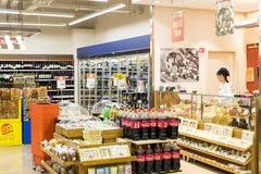 Interno interno delle scalette e dei frigoriferi con i prodotti del supermercato di Migros in Manavgat, Turchia Fotografia Stock