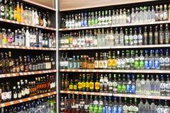 Interno interno delle scalette e dei frigoriferi con i prodotti del supermercato di Migros in Manavgat, Turchia Immagine Stock