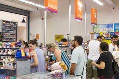 Interno interno delle scalette e dei frigoriferi con i prodotti del supermercato di Migros in Manavgat, Turchia Immagini Stock