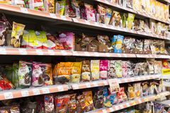 Interno interno delle scalette e dei frigoriferi con i prodotti del supermercato di Migros in Manavgat, Turchia Fotografia Stock Libera da Diritti