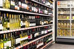 Interno interno delle scalette e dei frigoriferi con i prodotti del supermercato di Migros in Manavgat, Turchia Fotografie Stock