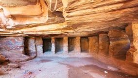 Interno delle tombe roccia tagliate dell'arenaria nella città di PETRA Fotografie Stock Libere da Diritti