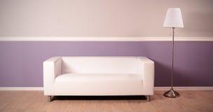 Interno dello studio con il sofà e la lampada di pavimento immagine stock libera da diritti