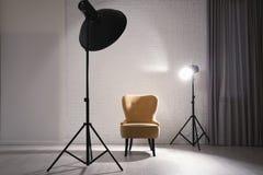 Interno dello studio moderno della foto con materiale di illuminazione professionale fotografia stock libera da diritti
