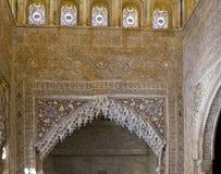 Interno di Alhambra Granada: arabesque intorno ad un passaggio fotografie stock libere da diritti