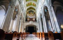 Interno di Almudena della cattedrale con la vista dell'organo su un sole Fotografia Stock