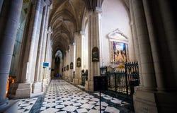 Interno di Almudena della cattedrale con la vista dell'organo su un sole Fotografie Stock