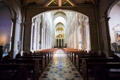 Interno di Almudena della cattedrale con la vista dell'organo su un sole Immagini Stock