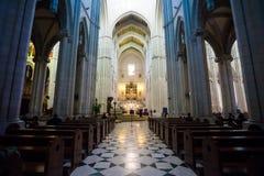 Interno di Almudena della cattedrale con la vista dell'organo su un sole Immagine Stock Libera da Diritti