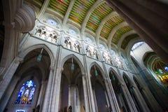 Interno di Almudena della cattedrale con la vista dell'organo su un sole Fotografia Stock Libera da Diritti