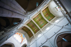 Interno di Almudena della cattedrale con la vista dell'organo su un sole Immagini Stock Libere da Diritti