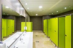 Interno di architettura delle toilette pubbliche verdi Immagini Stock Libere da Diritti