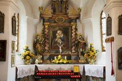 Interno di architettura di piccola chiesa per pregare svizzero e la visita dei viaggiatori dello straniero e della gente al villa Immagine Stock
