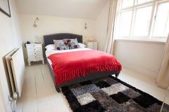 Interno di bella camera da letto contemporanea immagine stock