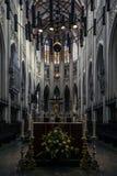 Interno di bella cattedrale gotica recente fotografie stock