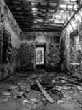 Interno di costruzione abbandonato - B&W immagine stock libera da diritti