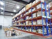 Interno di costruzione del grande del centro di distribuzione magazzino di logistica fotografia stock