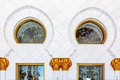 Interno di grande moschea in Abu Dhabi - Corridoio fotografia stock