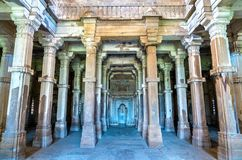 Interno di Jami Masjid, un'attrazione turistica importante al parco archeologico di Champaner-Pavagadh - Gujarat, India Fotografie Stock Libere da Diritti