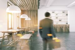 Interno di legno con gli scaffali, vista frontale della barra tonificata Immagini Stock
