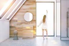 Interno di legno del bagno della soffitta, lavandino, donna Immagini Stock